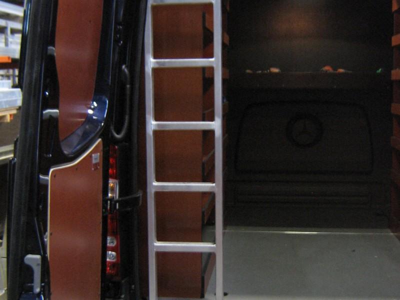 Ladder inwendig in werkbus