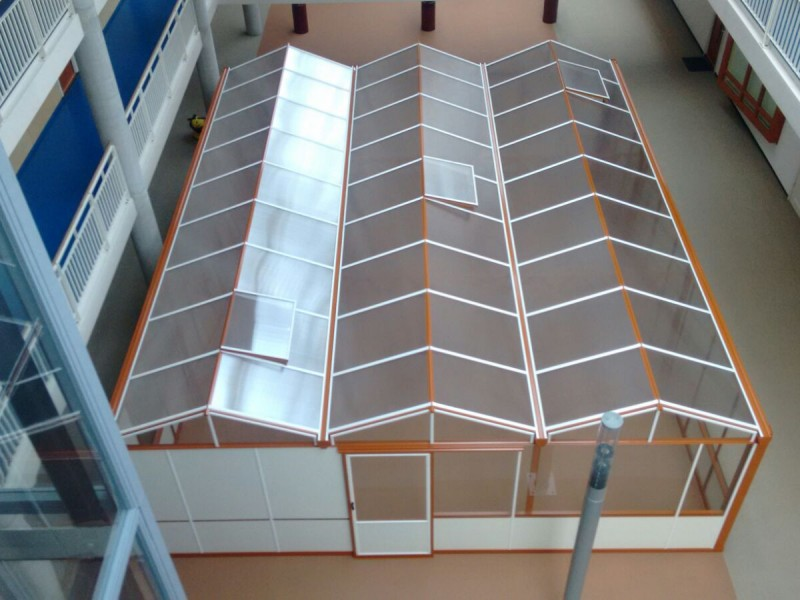 Batist overkapping in woongebouw, in RAL kleur met polycarbonaat dek.