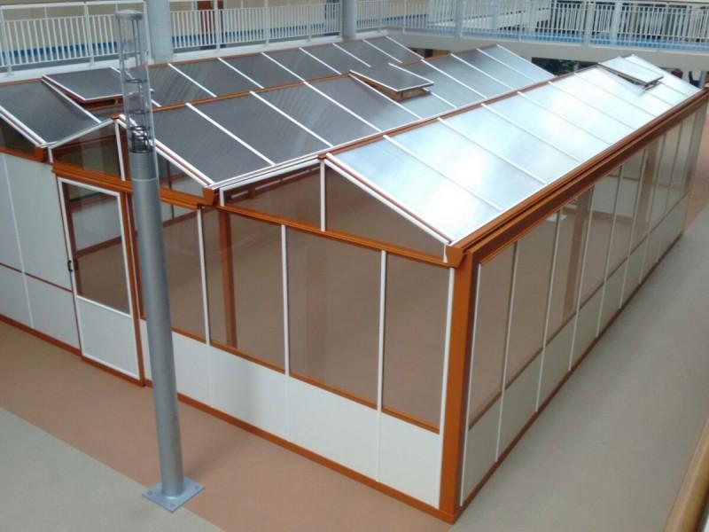 Batist glasoverkapping woongebouw, in RAL kleur met polycarbonaat dek.