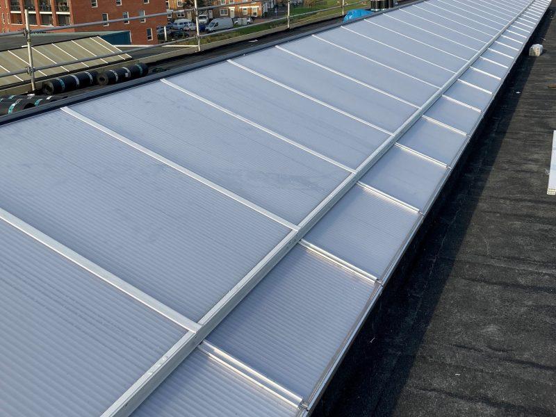 lichtstraat polycarbonaat type zadeldak doorgaande ventilatie ramen