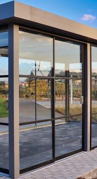 Glazen schuifwand veranda met roede verdeling