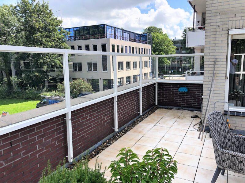 Balkonscherm bevestiging tegen muur